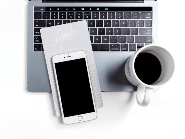 content, nieuwsbrief, laptop, telefoon, koffie, ideeeen